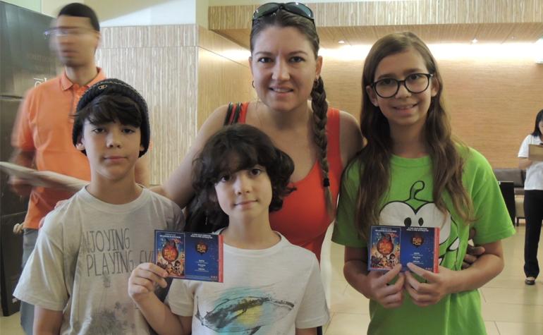 Carolina Prado e seus filhos