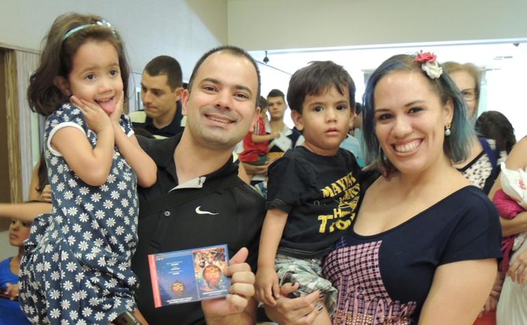 Mateus e Elisa Costa Fernandes e seus filhos